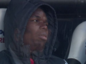 Pogba thất thần trên băng ghế dự bị khi bị thay raPogba thất thần trên băng ghế dự bị khi bị thay ra