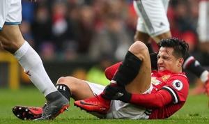 Sanchez liên tục bị đối thủ chơi xấu