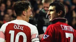 hình ảnh Mesut Oezil đeo chiếc băng độhình ảnh Mesut Oezil đeo chiếc băng đội trưởng có vẻ xa lại trưởng có vẻ xa lạ